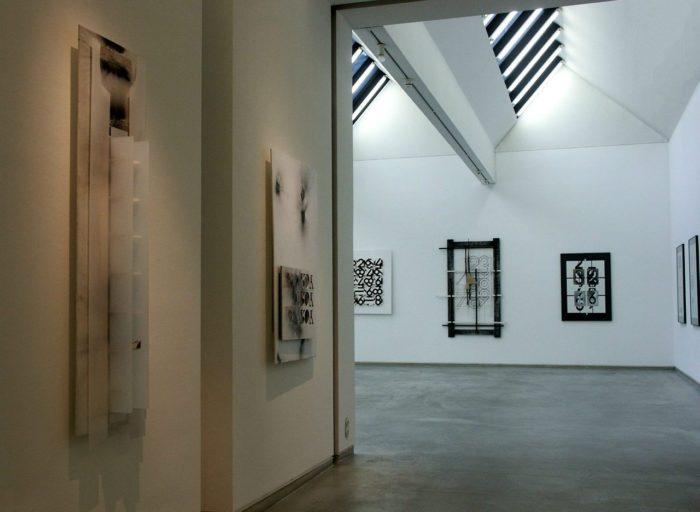 Raumfolge_Kunstwerke_Tableaus Ausstellung Zeichen_Haft Siegburg Stadtmuseum Hanke Kuenstler