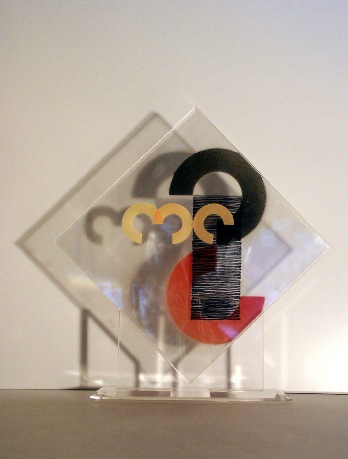 moderne Kunst ungewöhnlich transparent Acrylglas Modul Segment Komponente Kreissegment Abstraktion normiert abstrakt skaliert Standardisierung austauschbar komplex Farbkontrast Modifikation kombiniert Struktur Ordnung Bildzeichen auswechselbar Modulation Verwandlung überlagert mehrschichtig Raum Ebene assoziativ Konzeptkunst